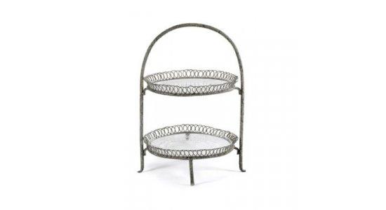 Etagere i rustik grå metal med 2 glas tallerkner.