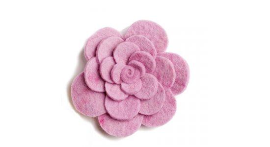Broche, Blomst i rosa filt. En gry og Sif.