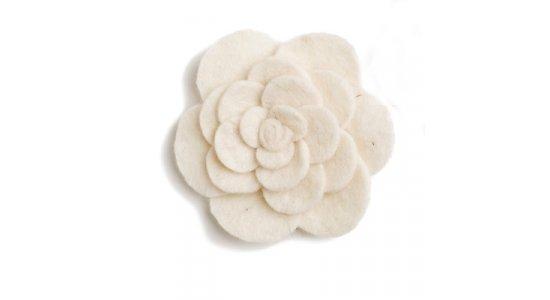 Broche, Blomst i off-white filt. En gry og Sif.